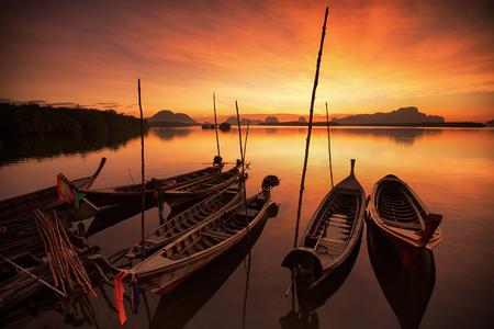 푸 켓에서 햇빛과 맑은 바다 물에 떠있는 태국 남부 안다만 긴 꼬리 보트