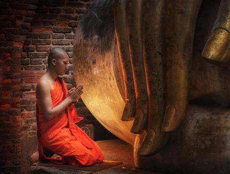 불교 스님 태국에서 사원에 앉아있다.