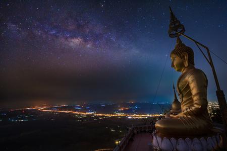 bouddha: Bouddha dans Wat Tham Seua (Tiger Cave), Krabi, Thaïlande Banque d'images