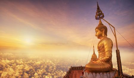 Buda en Wat Tham Seua (cueva del tigre), Krabi, Tailandia con vista al amanecer Foto de archivo - 38178475