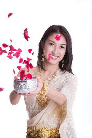 Traditionele klederdracht van Thailand en Songkran festival concept met geïsoleerde witte achtergrond.