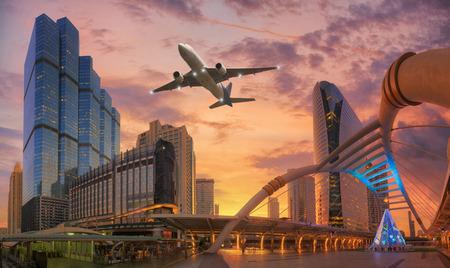 バンコクの鉄道駅で近代的な橋。 写真素材