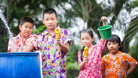 Zus en broer spelen waterpistool in Songkran festival Nieuwjaar in Thailand