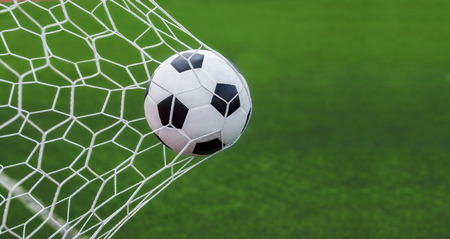 Balón de fútbol en la portería con backgroung verde Foto de archivo - 42199017