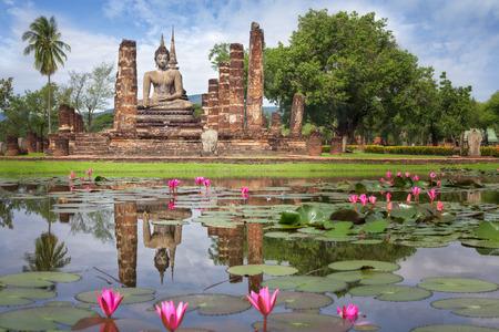 Boeddha standbeeld in Wat Mahathat in Sukhothai Historical Park, Thailand Stockfoto
