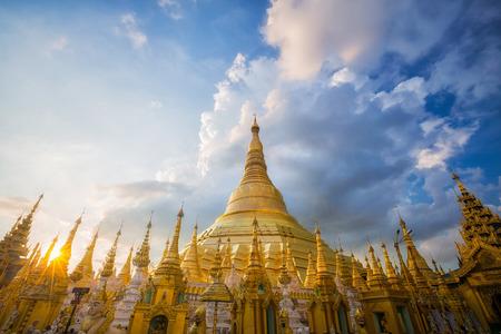 황금 불탑 Shwedagon, 양곤, 미얀마에서 사원입니다.