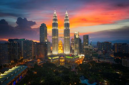 Tweelingtoren en park, landteken in de stad van Kuala Lumpur, Malasia, neemt foto vanaf dak van hotel dichtbij Tweelingtoren. Stockfoto