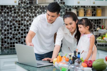 Aziatische familie keuken Levensstijl, vader, moeder en dochter koken eten mijn gebruik manu in internet, Stockfoto