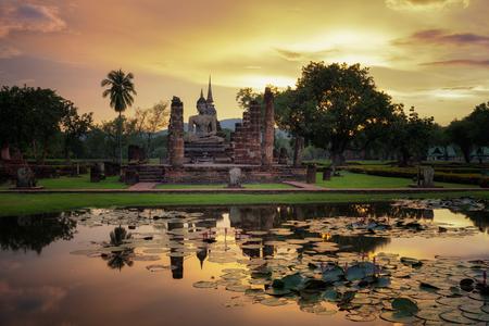 Het Standbeeld van Boedha in Wat Mahathat in het Historische Park van Sukhothai en het water lilly in de pool, Thailand Redactioneel