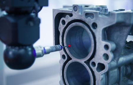 Misura di ispezione del primo piano parti di automobile di alluminio da CMM, misura, strumento di misura, garanzia della qualità, produzione, precisione, qc concetto. Archivio Fotografico
