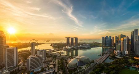 Landschap van de stad van Singapore in ochtend lichte zonsopgang met commercieel centrum, havenmening, Marina Bay-zand en Tuin door het baaipark, Stockfoto