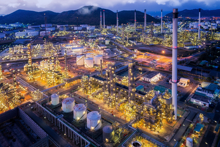 石油精製プラント降下工場石油タンク貯蔵、石油化学工場、中間工場、チョンブリ、タイの夜、鳥の目のビューからの景観