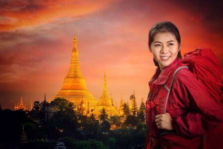 Shwedagon goden pagoda with sunset in Yangon city, Myanmar Standard-Bild