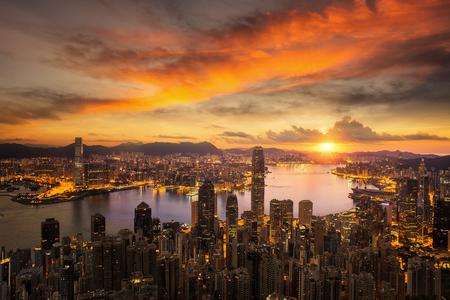 Day to night for Hong kong city sunrise and Hongkong harbor from victoria peak, Hongkong city, China Standard-Bild