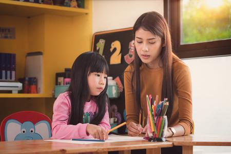 教師と生徒は、幼稚園、図書館の家の仕事のかたちの母、芸術、学校、教師、教育、子供の概念