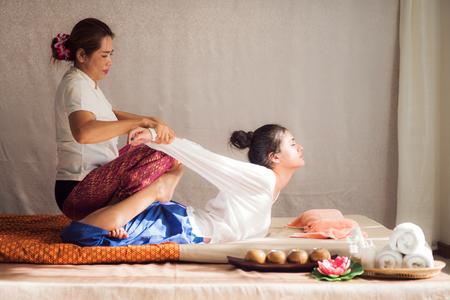 Thailändische ursprüngliche Massage für Frau in vielen Badekurort, in einem hotal und in einem Erholungsort in Thailand, Asien