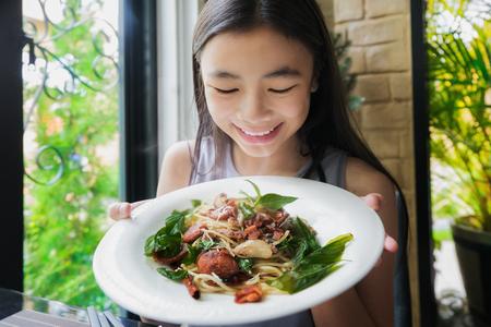 Asiatisches Damenshow spagetti mit thailändischem Lebensmittelbelag in restautant, Lebensmittel, Spagetti, Fusionslebensmittel, italienisches Lebensmittelkonzept.
