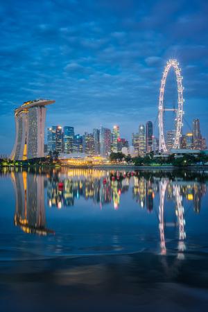 Vertikale Ansicht von Singapur-Geschäftszentrum mit blauem Himmel und Reflexion auf dem Fluss, Singgapor-Stadt, Singapur