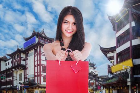 Chiness-Dame in cheongsam Kleid mit Einkaufstasche auf Shanghai-Weinlesegebäude und Straße, Shang-hai Stadt, China Standard-Bild