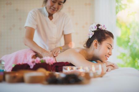 Asiatische Dame entspannen sich in der Hautpflege-Aromatherapie und scheuern Badekurort, in Thailand-Erholungsort
