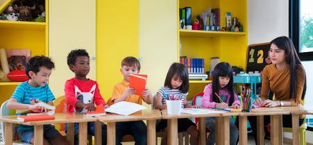 Asiatischer Lehrer unterrichten im internationalen Vortraining mit afrikanischer amarican Nation des Studentenformulars, Asiat und Kaukasier, stydy, Schule, Kind, Lerning und Bildungskonzept Standard-Bild