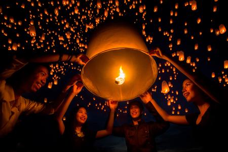 Freundgruppe genießt yeepeng Festival togather in Thailand, Yee peng ist Ballon und Feuer und sehr faver, in Asien wie Thailand, China und Taiwan zu spielen Standard-Bild