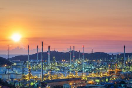 Öl-Tank und Öl-Raffinerie-Fabrik in Thailand mit Rauch und Rahmen aus Raffinerie-Prozess, Industrie-, Energie-, Energie-und Umwelt-Konzept Standard-Bild