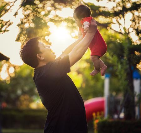 Vater und Sohn entspannen sich im Park