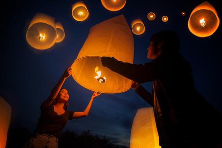 De Aziatische zoete liefde geniet van yeepengfestival in Chiang-MAI, Thailand Stockfoto