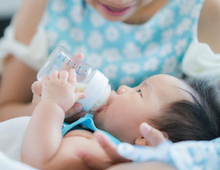 la mamma nutre il miglio potere per il suo bambino, il nuovo nato e il concetto di madre
