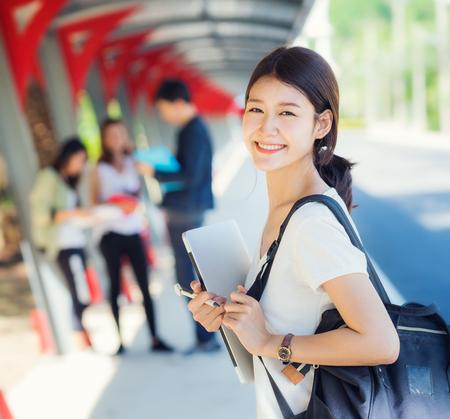 Asiatischer Student in der Universität spielen, gehen und sprechen togater auf dem Gehweg, Student, Bildung, Hochschulkonzept