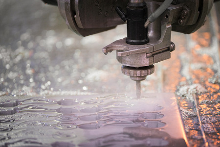 Hydroabrasive treatment. Metalworking cutting with water jet Foto de archivo