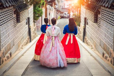 Koreanische Dame in Hanbok oder in Korea gress und Weg in eine alte Stadt in Seoul, Seoul-Stadt, Südkorea.