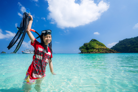 Asian girl with diving equipement 免版税图像 - 97943540