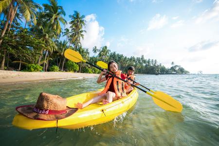 Koh Kood 및 Koh Mak 해변에서 카약을 타는 아시아 어린이, Koh Kood 및 Koh Mak은 태국 바다에있는 섬입니다.