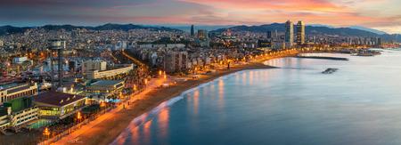 La playa de Barcelona en el amanecer de la mañana con la ciudad de Barcelobna y el mar desde la azotea del hotel, España