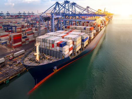 Container port and container ship transportation, Logistic hub in Singapore Standard-Bild