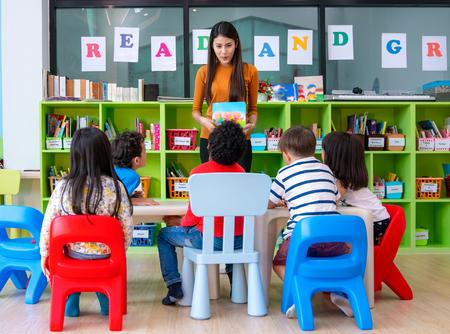 Señora asiática del profesor en preescolar enseñando a su estudiante en el aula. Esta imagen se puede utilizar para el concepto de educación, escuela y trabajo. Foto de archivo