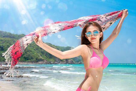 La signora asiatica viaggia sulla spiaggia nella stagione estiva sulla spiaggia di Pattaya, in Thailandia, questa foto può essere utilizzata per l'estate, il mare e le vacanze Archivio Fotografico