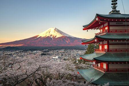 Rote Pagode und roter Fuji in der Morgenzeit, Fujiyoshida, Japan Schöne Aussicht auf den Berg Fuji und die Chureito-Pagode bei Sonnenuntergang, Japan im Frühjahr mit Kirschblüten