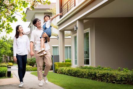 일몰과 함께 새 집 밖에서 웃고 있는 아름다운 가족 초상화, 이 사진은 가족, 아버지, 어머니, 가정 개념을 위해 사용할 수 있습니다.