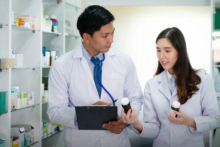 Asian Doctor i Asian Pharmacist dziewczyna dyskutują o rodzaju leków w szpitalu, to zdjęcie może być wykorzystane w biznesie, klinice, zdrowiu, drogerii, lekach i aptekach