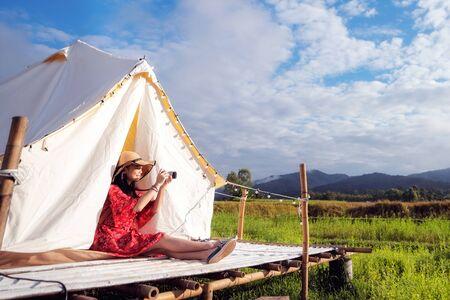 Asiatische Mädchen machen ein Foto mit der Kamera in Countryside Homestay in Reisfarm im Bezirk Pua, Provinz Nan, Thailand. Dieses Bild kann für Gastfamilien, Hotels, Resorts, Urlaub, Reisen, Parks und Outdoor-Konzepte verwendet werden Standard-Bild