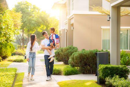 La familia asiática va a la escuela junta, esta imagen se puede utilizar para la educación, el padre, la madre, la hija, el estudiante y el concepto preescolar
