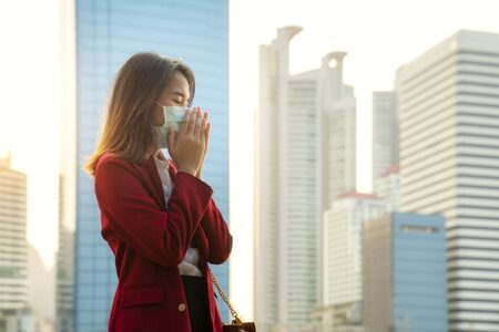 Asian girl use a protection mask for prevent PM 2.5 and corona viruus or covic 19 in bangkok city Imagens