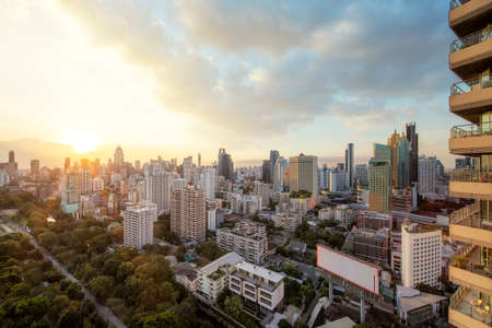 Bangkok city with sunset view from roof top bar in Hotel, Thailand Imagens