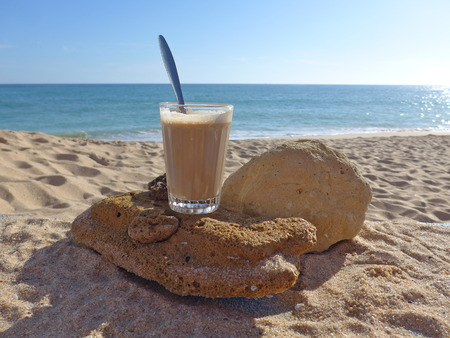Galao on the beach, a Portuguese specialty Imagens