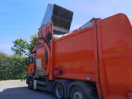 Pojazd do recyklingu, ciężarówka, ciężki pojazd użytkowy w pracy
