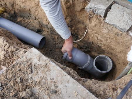 Posa e installazione di un tubo fognario