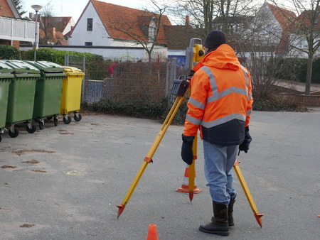 Surveyor, a civil engineer with surveying equipment to prepare a construction site Foto de archivo